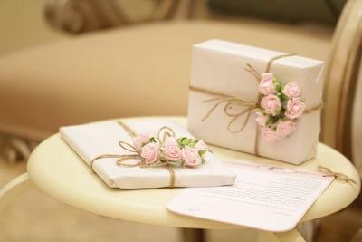 Bingung Cari Ide Kado Pernikahan untuk Sahabat, Cek Ombak Dulu