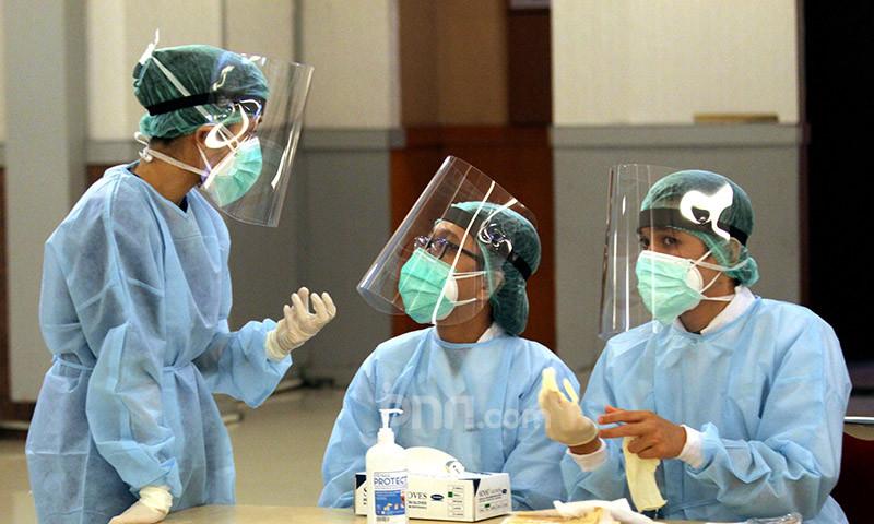 Ilustrasi petugas medis merawat pasien yang terjangkit virus Corona. Foto: Ricardo/JPNN.com/GenPI.co