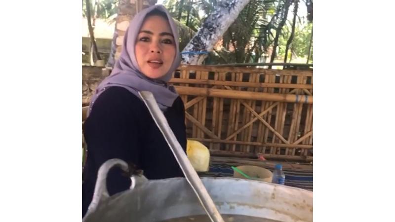 Pedagang rujak di Sumenep yang disebut-sebut mirip Syahrini dan viral (foto: SC IG@sumenepfoodie)