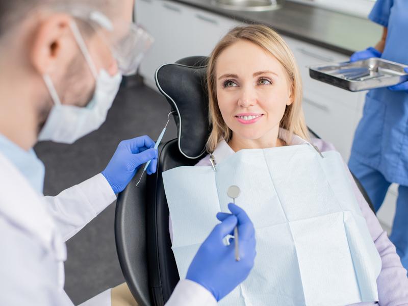 Ilustrasi wanita ke dokter gigi. Foto: Pressmaster/elementsenvato