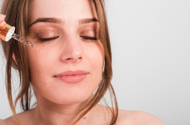 ilustrasi: Perawatan kecantikan dengan menggunakan serum (foto : freepik)