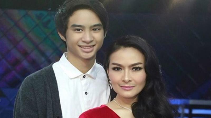 Iis Dahlia dan putra bungsunya Devano Danendra (foto: SC IG @iisdahlia)