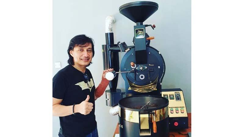 Katon Bagaskara dan salah satu mesin pemroses kopinya (foto: SC IG @katonbagaskara)