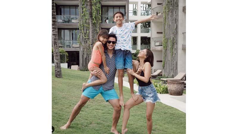 Nana Mirdad bersama suami dan dua anaknya (foto: SC IG @andrew.white._)