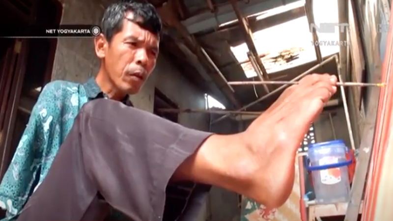 Salim Harama, Pelukis Tanpa Tangan (foto: SC video Youtube)