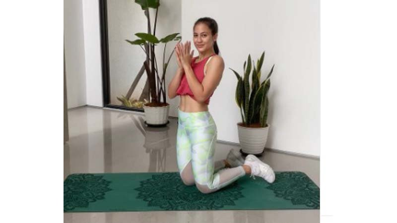 Pevita Pearce salah satu artis yang jago yoga(foto: SC IG @pevpearce)