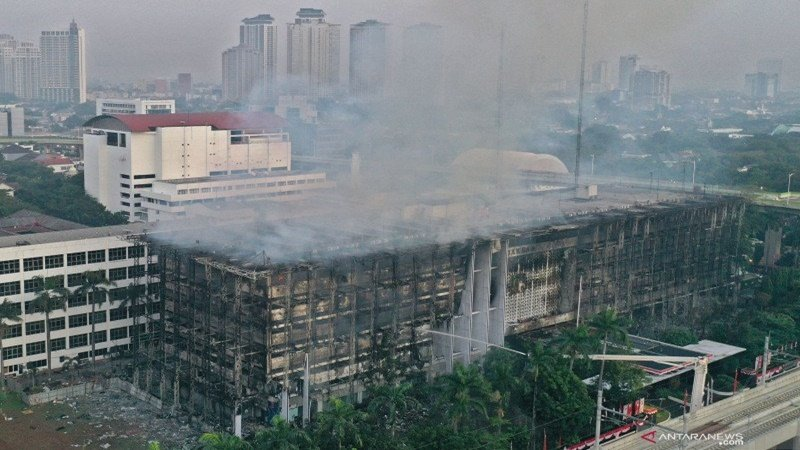 Gedung Kejaksaan Agung (Kejagung) yang terletak di Jalan Sultan Hasanudin, Kebayoran Baru, Jakarta Selatan, terbakar (foto: Antara)