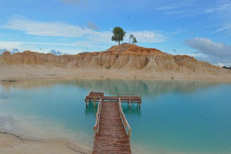 Gurun Pasir Telaga Biru yang terletak di Kabupaten Bintan, Kepulauan Riau. Tepatnya di Desa Busung, Kecamatan Tanjung Uban ( foto: kemenparekraf)