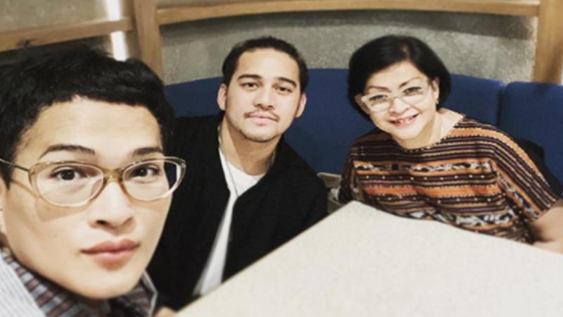 Oscar Lawalata bersama adik dan ibunda (foto: SC IG @oscarlawalata)