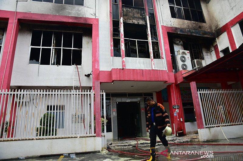 Kebakaran yang melanda gedung high performace back bone (HPBB) PT Telkom di Kota Pekanbaru, Riau, membuat Telkomsel gangguan. Foto: Antara
