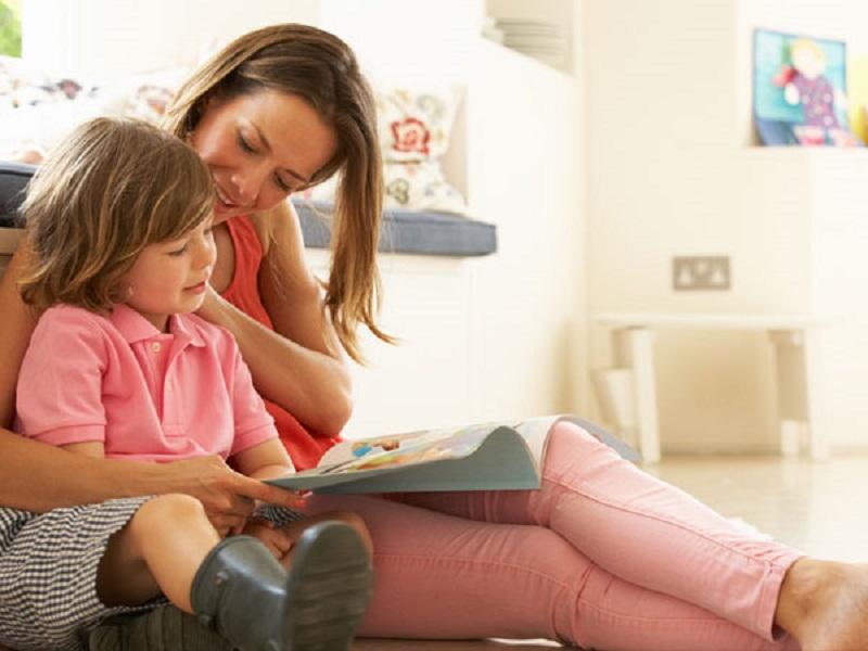 Ilustrasi: orang tua mendidik anak belajar di rumah (foto: Parents)