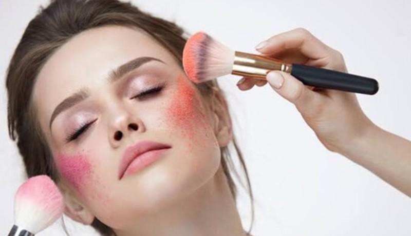 ilustrasi: mengenakan blush on agar tampil memesona ( foto: pixabay)