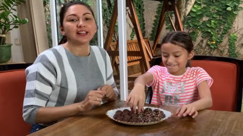 Donna Agnesia dan putrinya bareng membuat bola-bola cokelat (foto: SC YouTube The Sinathrya)