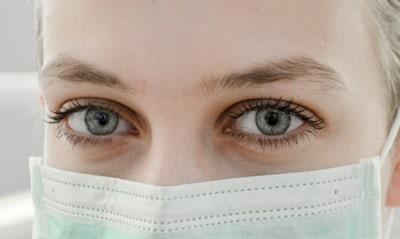 ilustrasi: menggunakan masker untuk menghindari droplet dan mikrodroplet ( foto: unsplash)