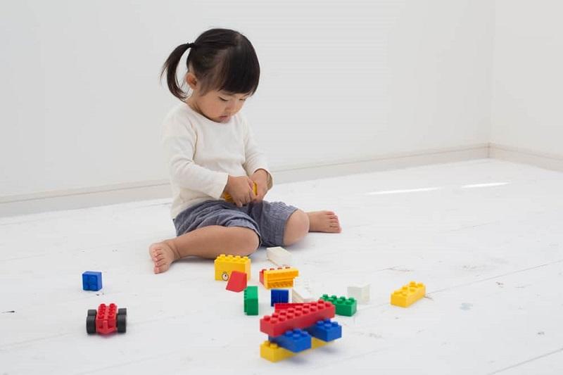 ilustrasi: anak duduk dengan posisi W akan berdampak pada pertumbuhan si kecil ( foto: shutterstock)
