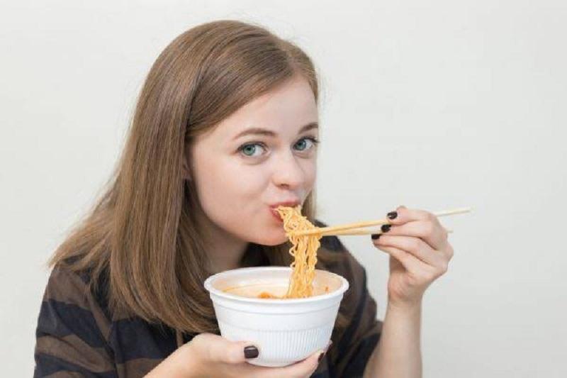Ilustrasi: wanita lahap makan mie (foto: boldsky)