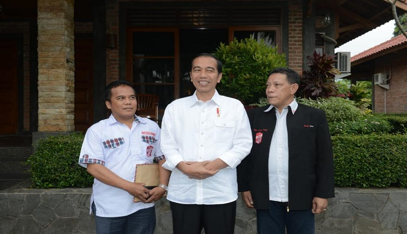 Bendahara Bara JP, Y Pasomba (kiri) bersama Presiden Jokowi. FOTO: GenPI.co
