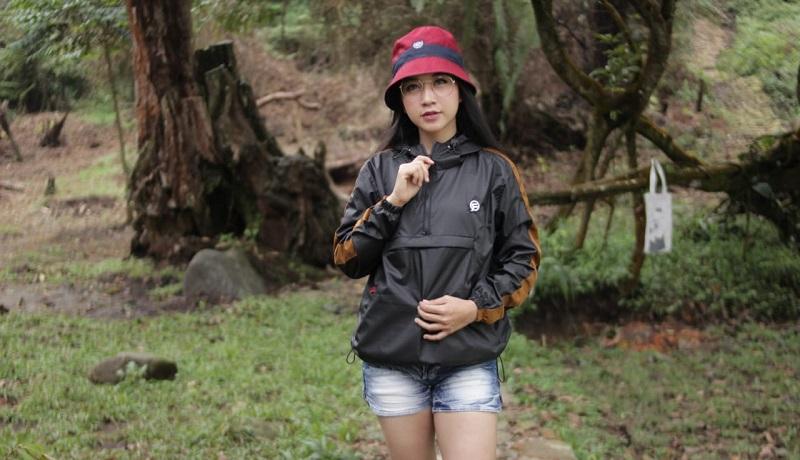 Tampil gaya meski di musim hujan. FOTO: RF Merch