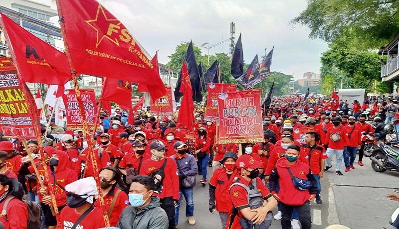 Massa buruh menggelar demo di depan Istana, Jakarta. FOTO: Antara