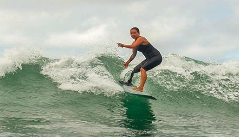 Dani Burt, tuna daksa yang berhasil menjadi juara selancar adaptif sedunia (Instagram/dani.burt)