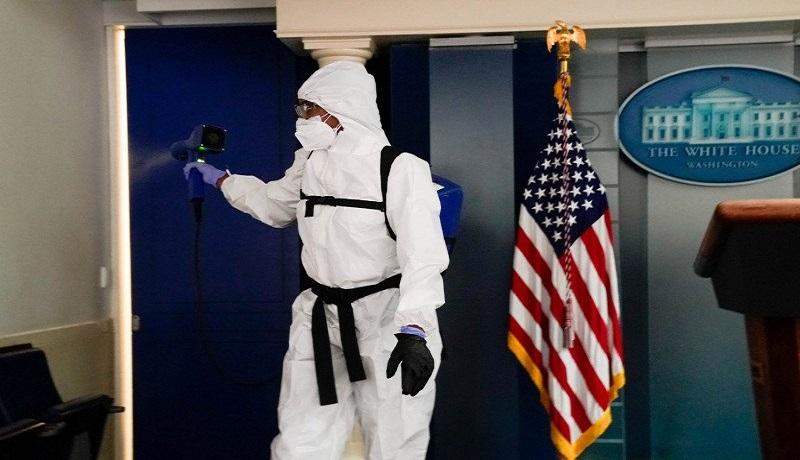 Seorang anggota staf kebersihan Gedung Putih menyemprot ruangan Presiden Amerika Serikat Donald Trump. FOTO: Erin Scott/Reuters/Antara