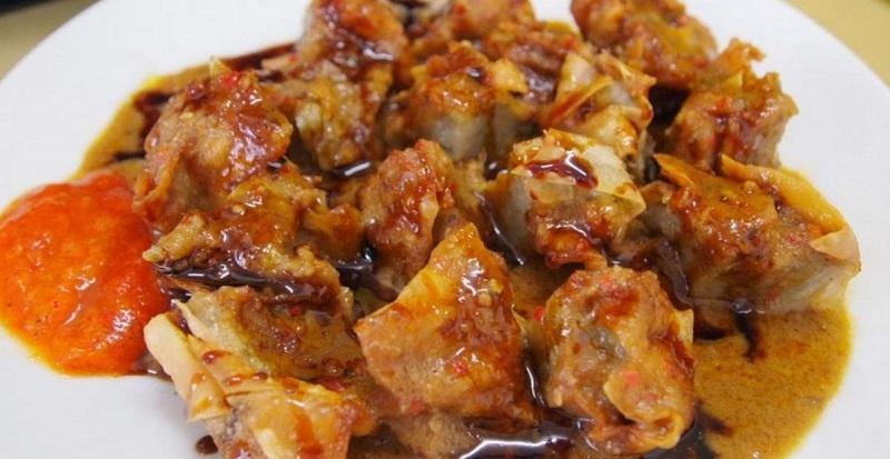 Makanan khas Sunda ini terasa lebih nikmat ketika dimakan bersama dengan bumbu ( foto: tokopedia)