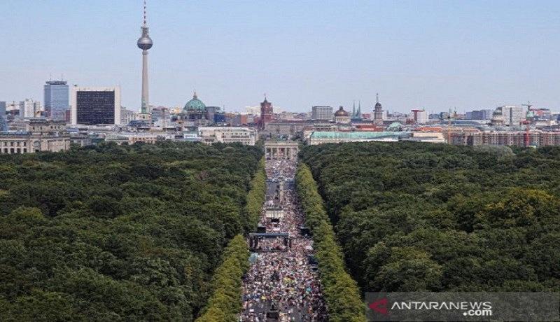 Aksi protes menentang pembatasan oleh pemerintah dekat Jembatan Bradenburg di Berlin, Jerman. FOTO: Fabrizio Bensch/Reuters/Antara