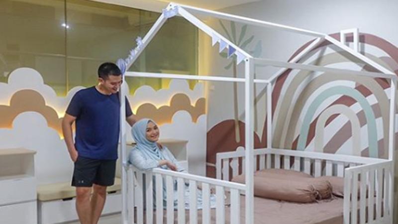 Citra Kirana dan Rezky Adhitya di kamar anak dengan dinding yang dipenuhi mural(foto: SC IG @citraciki)