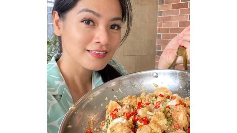 Titi Kamal membagikan resep favoritnya, cumi cabai garam (foto: SC YouTube Titi dan Tian)