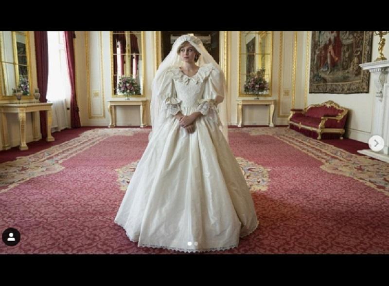 Emma Corrin saat mengenakan replika gaun Putri Diana ( foto: instagram @emmacorrin)