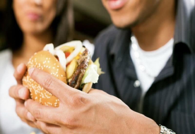ilustrasi: anak muda makan junk food (Sumber : pixabay)