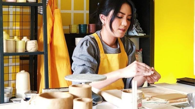 Belajar bikin keramik lagi digandrungi, terutama di kalangan milenial (foto: IG@hoxtonandtate.ceramics)