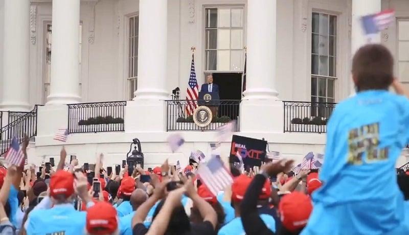 Donald Trump menemui pendukungnya di Gedung Putih. (Twitter @realDonaldTrump)