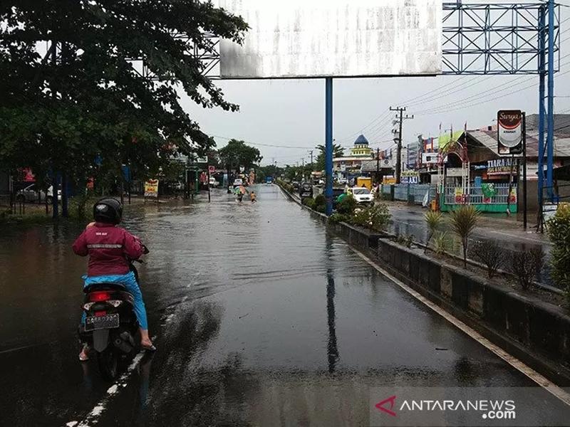 Ruas Jalan Ahmad Yani Km 29 Kota Banjarbaru, Kalimantan Selatan yang digenangi air sehingga membuat jalan nasional di provinsi setempat putus tak bisa dilintasi kendaraan roda dua maupun roda empat. Foto: ANTARA/Yose Rizal/am.