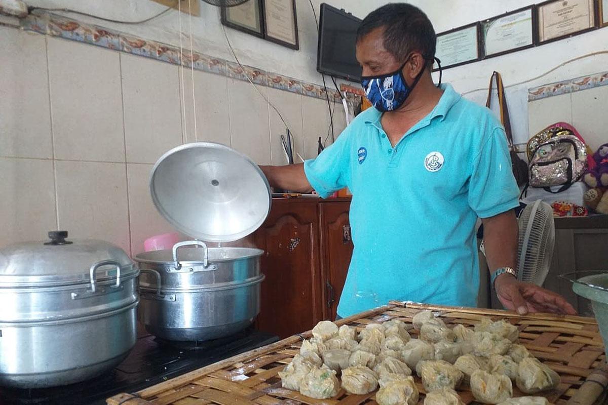 Budi (49) warga Kelurahan Tegalsari, Kota Tegal, berhasil membuka bisnis olahan ikan dengan omzet mencapai Rp 4 juta per harinya. Foto: Lilisnawati/Ayotegal