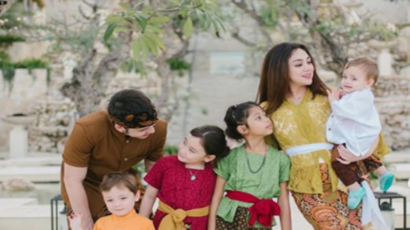 Celine Evangelista dan Stefan William beserta empat anaknya (foto: SC IG @celine_evangelista)