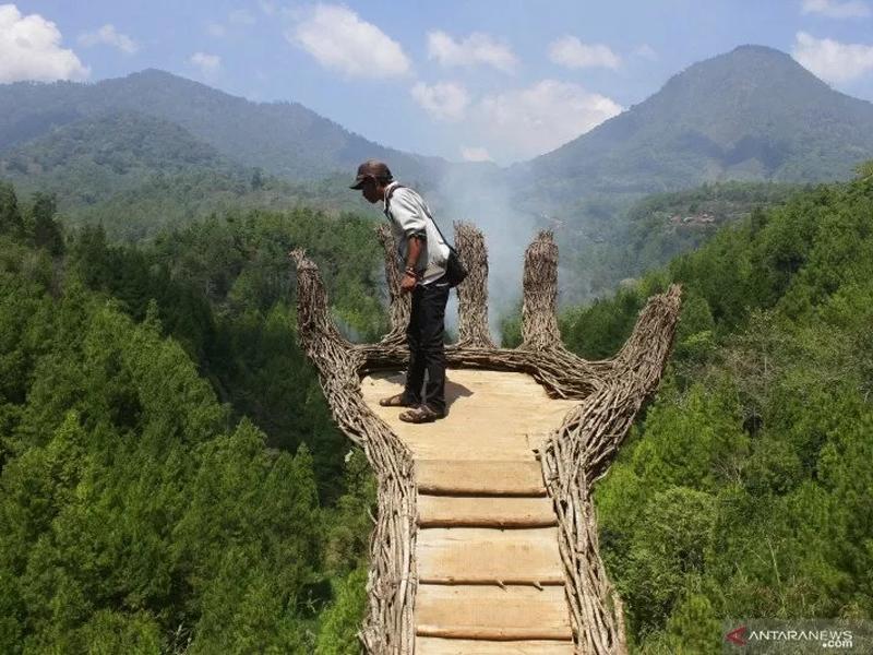 Pengunjung memanfaatkan wahana swafoto yang dibangun di kawasan wisata alam Coban Putri, Batu, Jawa Timur, Sabtu (28/10). Foto: Ari Bowo Sucipto/Antara