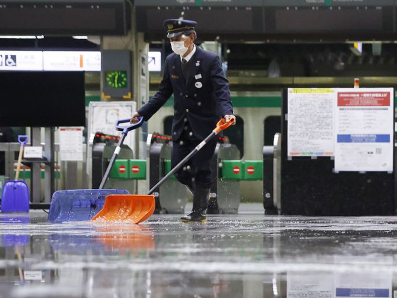 Petugas membersihkan stasiun setelah terjadi gempa di Fukushima. Foto: Kyodo News/Jun Hirata via AP