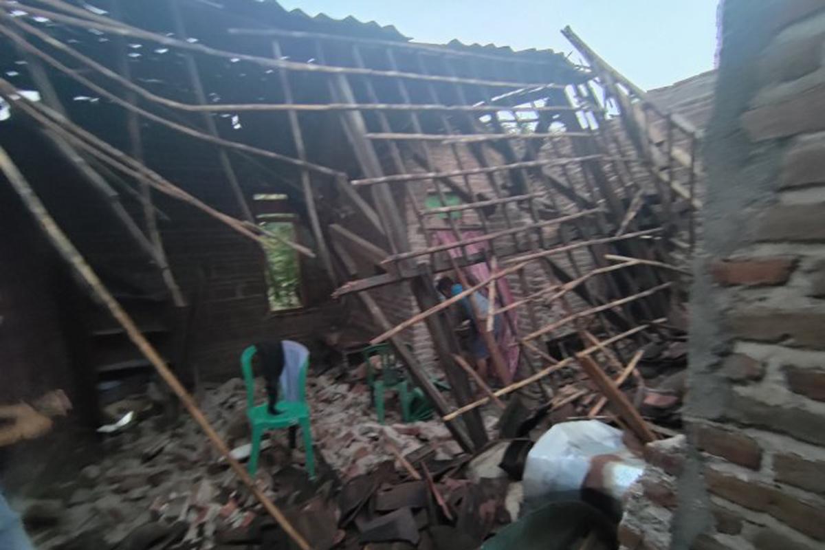 Sejumlah warga mengevakuasi barang yang masih bisa diselamatkan di antara reruntuhan rumah akibat gempa magnitudo 6,7 yang berdampak hingga di Desa Bethak, Tulungagung, Sabtu (10/4/2021). Foto: ANTARA/Destyan Sujarwoko