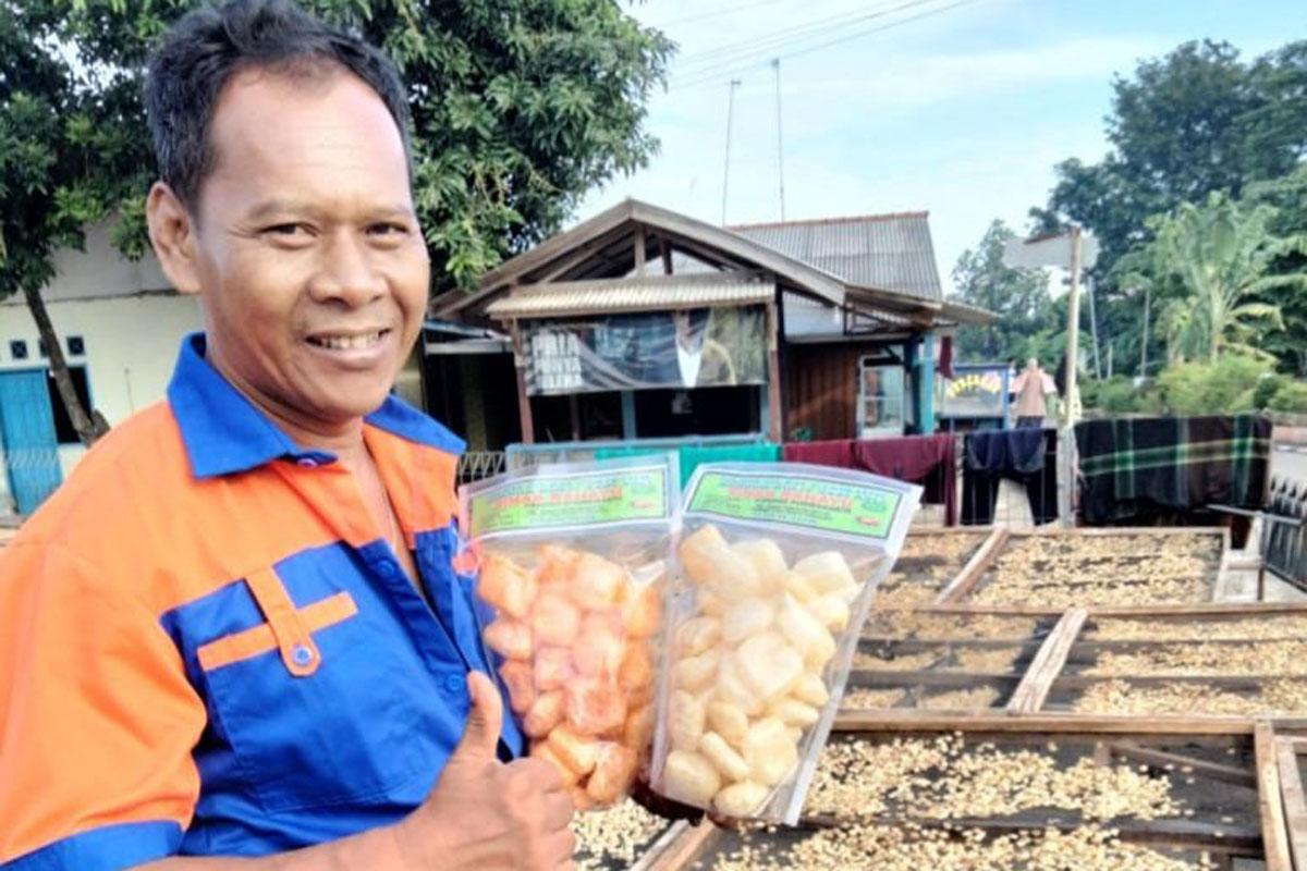 Iding pemilik usaha PD Sinar Rahayu menunjukan kerupuk kulit miliknya. Foto: Dede Nurhasanudin/Ayopurwakarta