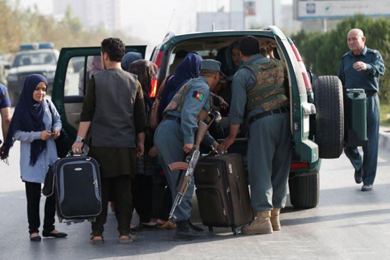 Ilustrasi--Mahasiswa berjalan menuju sebuah kendaraan polisi setelah mereka diselamatkan dari lokasi penyerangan di American University of Afghanistan di Kabul, Afganistan, 25 Agustus 2016. Foto: REUTERS/Mohammad Ismail