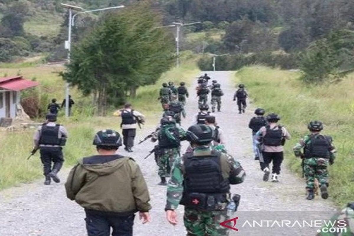 Pasukan gabungan TNI-Polri memburu Kelompok Kriminal Bersenjata (KKB). FOTO: Antara