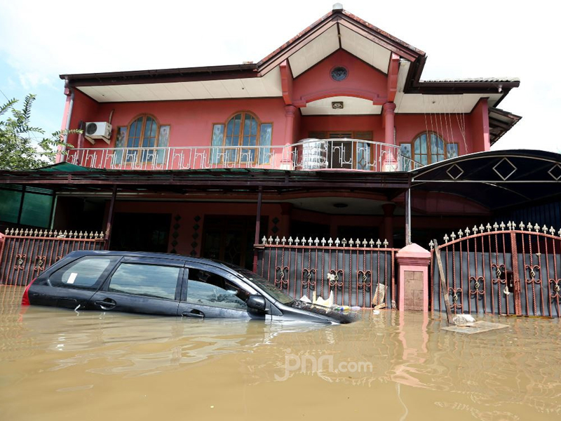 Mobil terendam banjir. Foto: Ricardo/JPNN.com/GenPI.co