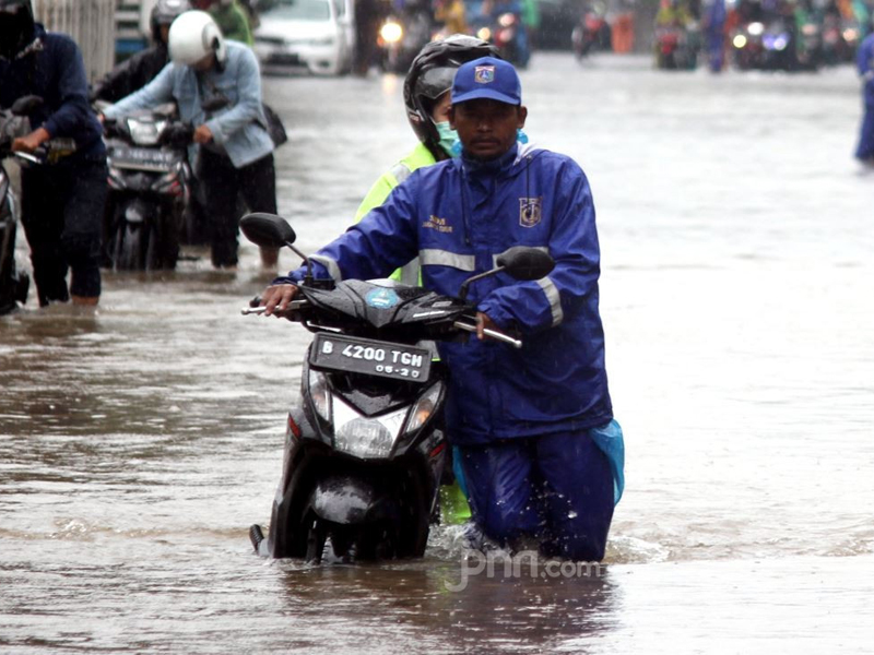 Sepeda motor kebanjiran. Foto: Ricardo/JPNN.com/GenPI.co