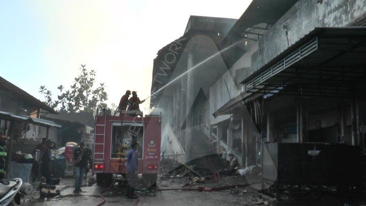 Petugas pemadam kebakaran Jumat (13/11/2020) masih berupaya memadamkan api yang membakar Pasar Weleri. Foto: Edi Prayitno/Kontributor Kendal/Ayo Semarang
