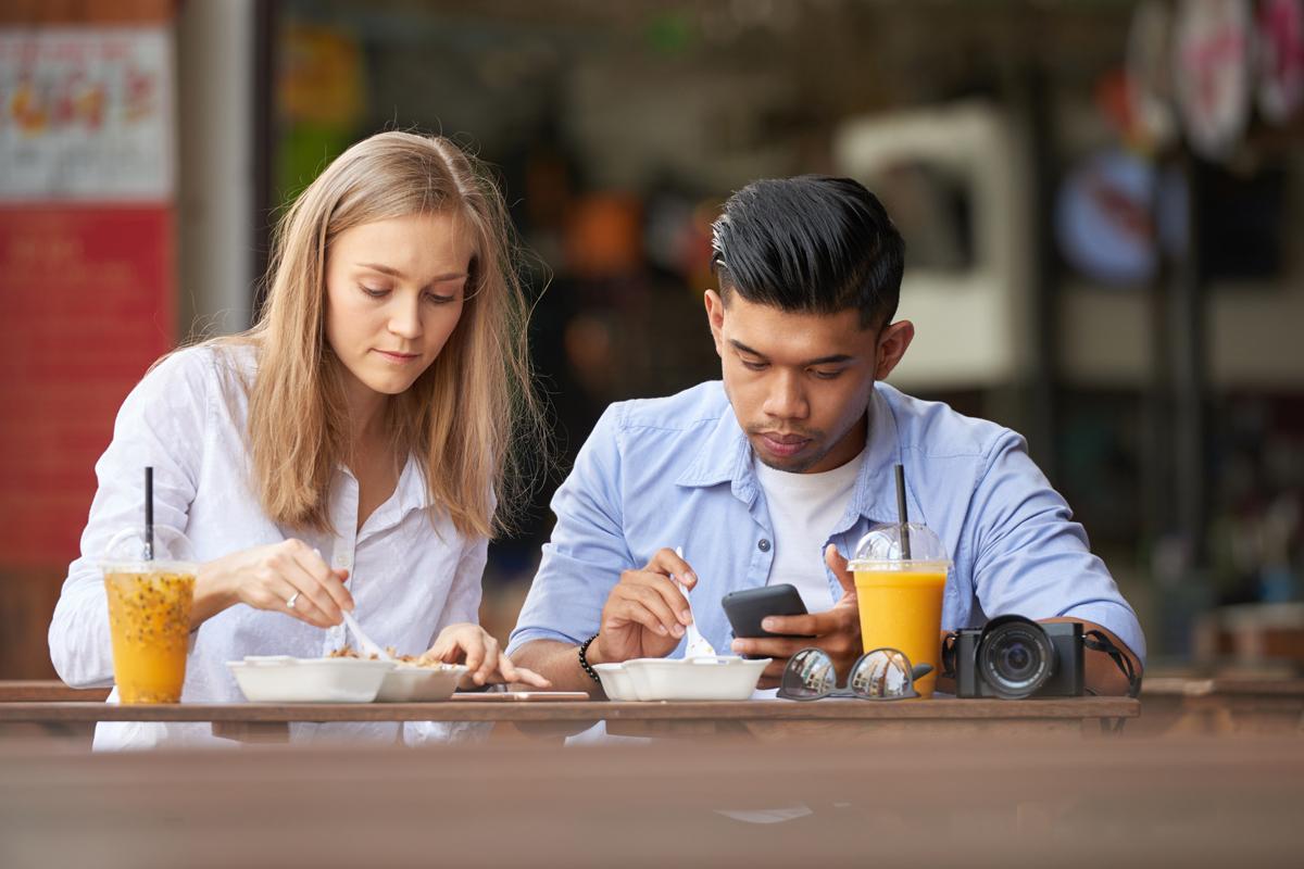Pria dan wanita makan. Foto: Dragon Images/Elementsenvato