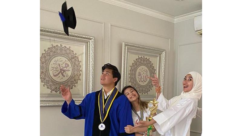 Belum genap 21 tahun, Rafi anak Annisa Trihapsari sudah meraih gelar sarjana (foto: SC IG @djorghisultan)
