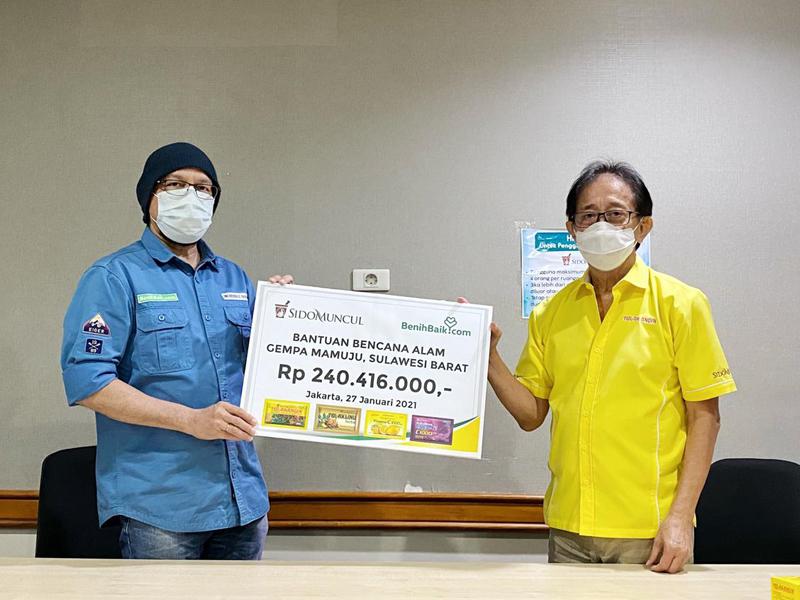 Direktur Sido Muncul Irwan Hidayat menyalurkan donasi sebesar Rp 240.416.000 kepada warga Mamuju yang menjadi korban gempa melalui CEO BenihBaik Andy F Noya. Foto: Sido Muncul