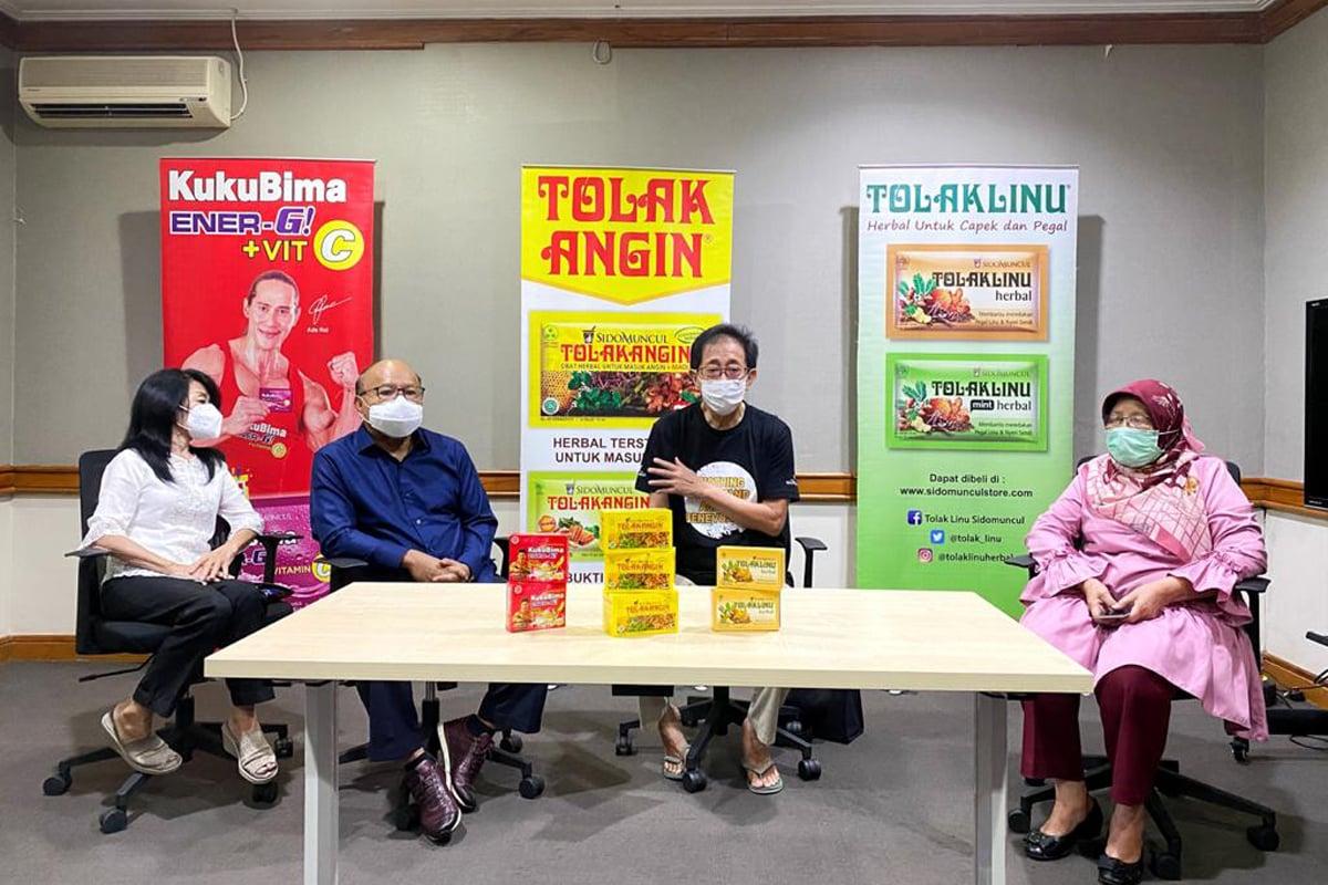 Direktur Sido Muncul Irwan Hidayat (kedua dari kanan) menyerahkan bantuan Rp 650 juta secara simbolis untuk korban bencana kepada beberapa pihak perwakilan. Foto: Andi Ristanto/GenPI.co