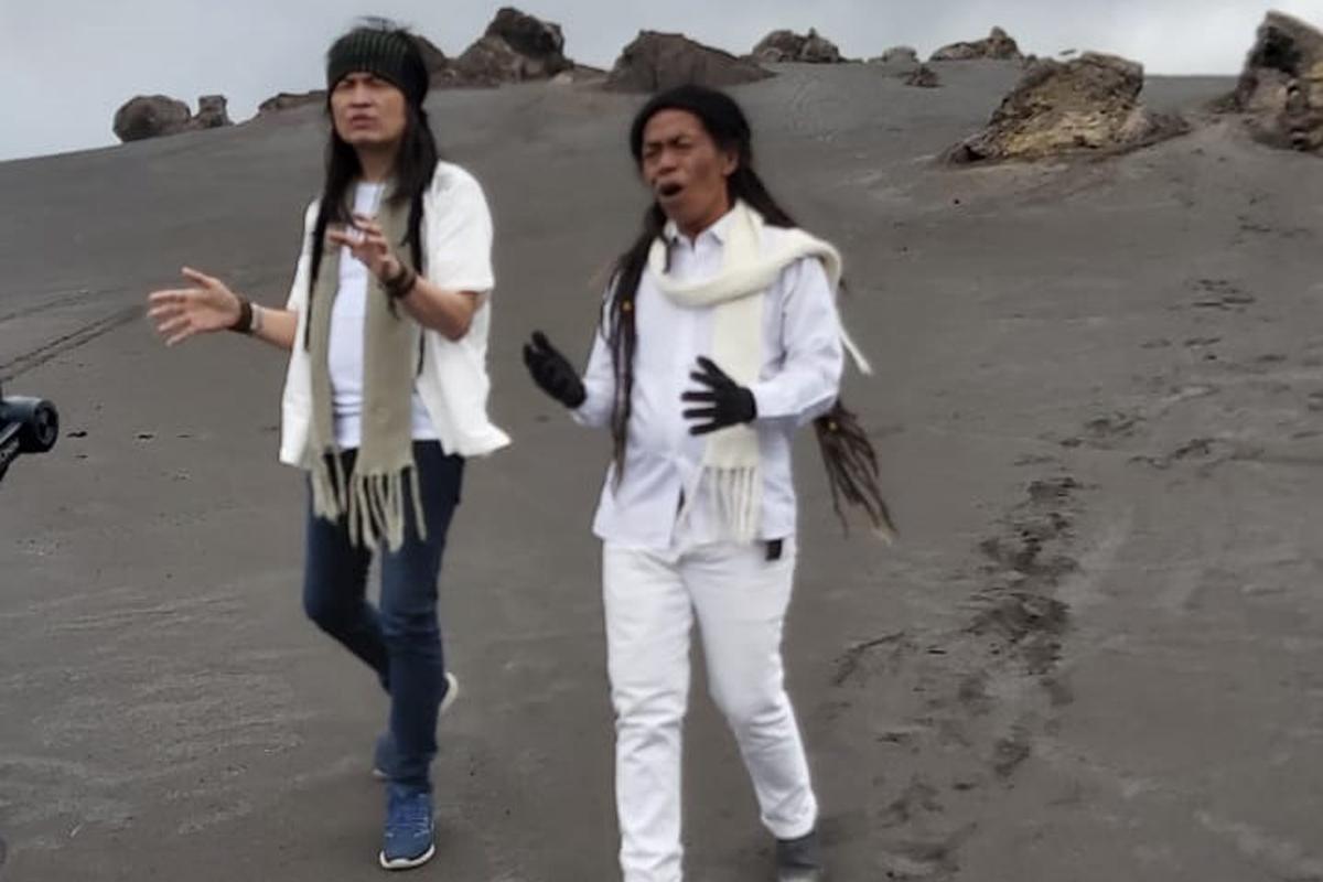 Cak Sodiq dan Royke Mangundap melakukan shooting video klip lagu berjudul Pasrah Kersane Gusti di Gunung Bromo, Selasa (6/4).Foto: JPNN Musik